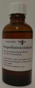 Na obrázku je propolisová tinktúra v sklenej fľaštičke. Etiketa na fľaštičke obsahuje údaje o spôsobe výroby.